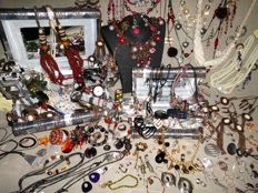 Large collection, more than 190 pieces of jewelry and other collectibles.