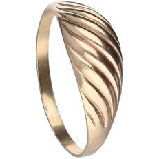 8 kt, below legal gold grade - Yellow gold tooled ring - Ring size: 19 mm