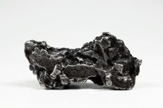 Uruacu - Octahedrite IAB MG (Main group) - Iron Meteorite in 3D crystal form - with Widmanstätten structure - 4.90 x 2.40 x 1.70 g - 44.50 g