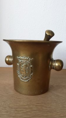 Bronze - used pharmacist mortar with the coat of arms of a lion and a crown - the Netherlands, 19th century