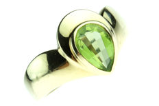 14 kt yellow-gold wavy ring with pear-cut peridot - ring size: 17.5