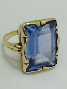 Gold Art Deco ring set with a large emerald cut synthetic aquamarine - ring size 16.85 mm - 6.6 grams