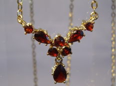Antique gold necklace with faceted garnets 2.5 ct in total.