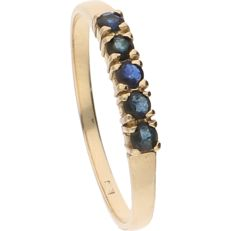 14 kt - Yellow gold ring set with 5 brilliant cut sapphires - Ring size: 17.5 mm