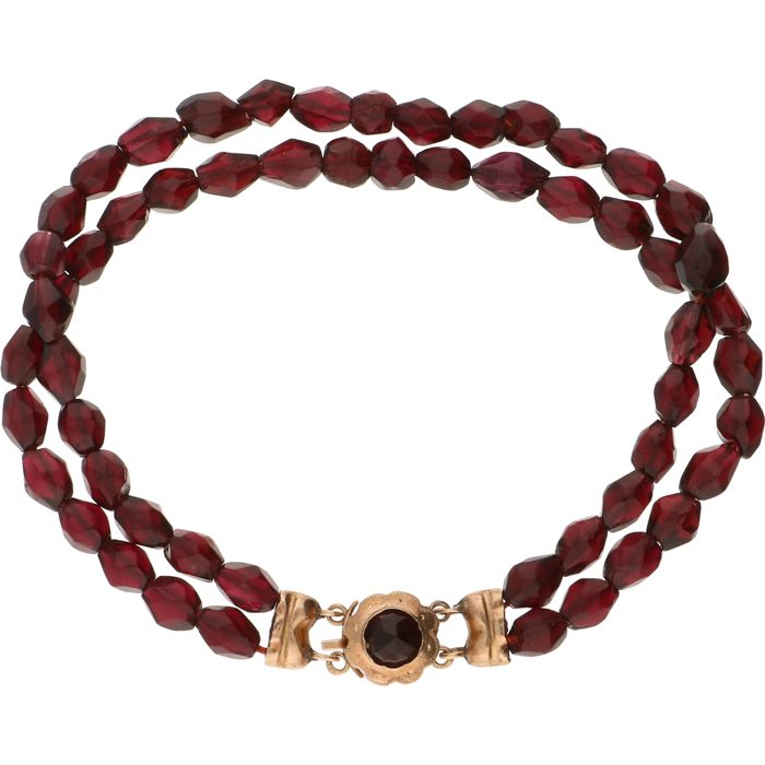 14 kt - two-row bracelet with garnets strung on red thread, fitted with a rose gold box clasp set with a larger garnet - Length: 17 mm