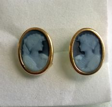 Earrings in 18 kt gold set with blue cameos.