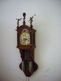 Frisian 'kortstaart' (short tail) clock, strikes on bell, well-functioning movement and striking mechanism, with moon phase.