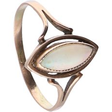 14 kt – Yellow gold ring set with an opal – Ring size: 17 mm