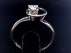 Solitaire ring with brilliant-cut diamond - Ring size: 17 mm.