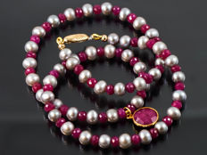 Pearl necklace with Rubies, 18 kt yellow gold, 44.5 cm long