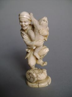 Okimono in ivory - Sarumawashi being attacked by a monkey - Japan - end of 19th/early 20th century (Meiji period)