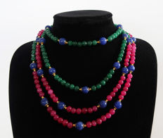 Long necklace of rubies and emeralds ornamented with sapphires - 14 kt gold clasp - 600 ct - 191 cm