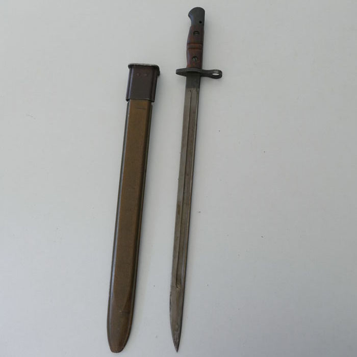U.S. Army bayonet WW I with sheath and wooden handle - 1917 Remington