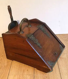 Peat box with brass fixtures and scoop - England - 1900