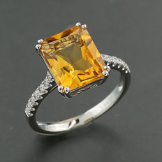 Citrine and brilliant ring totalling 4.12 ct, of which an intense orange-yellow citrine of approx. 3.94 ct, 750 white gold ---no reserve price---