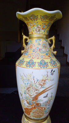 A Chinese porcelain vase - China - late 20th century