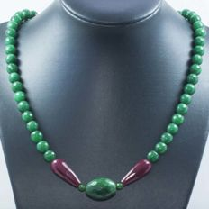 18 kt gold necklace with emerald and faceted rubies - 50 cm