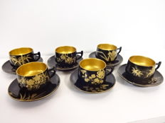 Antique lacquerware coffee set, maki-e design of traditional floral patterns - Japan - Mid 20th century