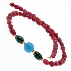 18k/750 yellow gold necklace with rubies and turquoise - Length, 65 cm.