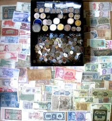 World - Batch of coins and medals (4.5 kg) + banknotes (80+ diffeent ones) in old cash box