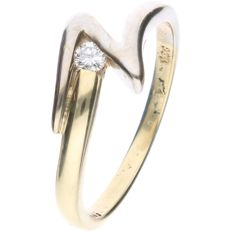 14 kt Bi-colour yellow/white gold ring, set with a round brilliant cut diamond of approx. 0.06 ct - Ring size: 17.5 mm