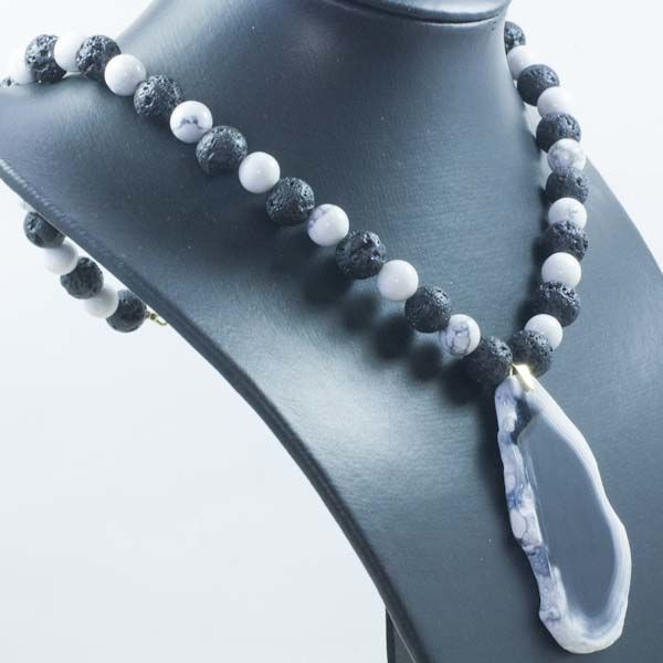 Necklace made of howlite and volcanic stone with central slice-shaped agate and18 kt gold clasp