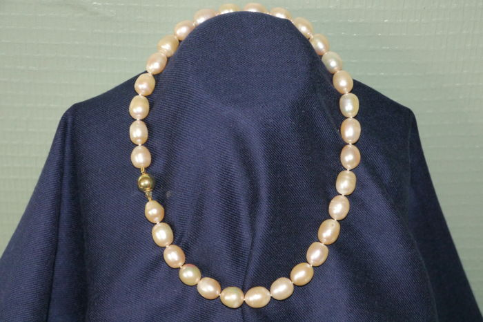 Salmon-coloured freshwater pearl necklace