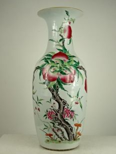 A very fine nine peaches baluster vase - China - late Qing period (circa 1900)