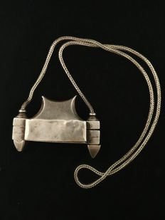 Vintage rectangular Lingham Karnataka holder in silver with snake chain - India, from the early 20th century