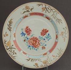 Fencai plate with very fine painting - China - first half of the eighteenth century