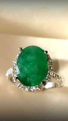 18 kt white gold ring with 3.81 ct emerald and diamonds totalling 0.60 ct – Size: 14