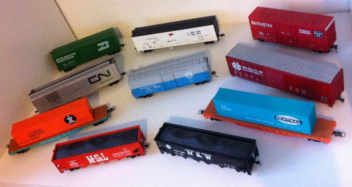 Bachmann H0 - 10 goods wagons of different American railway companies.