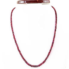 Ruby necklace with 18 kt (750/1000) gold, length 50cm.