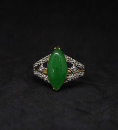 Vintage Jade ring set with diamond in 14k gold,  total weight: 2.8 gram
