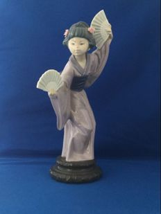 Lladro, Beautiful porcelain Japanese belle holding a fan