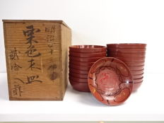 Set of 20 antique lacquerware dishes, hand-painted totem pattern - box signed by the artist Iguchi Toranosuke  - Japan - Meiji 43 / 1910