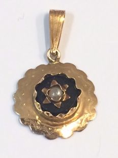 Antique gold pendant with onyx and seed pearl – 1885