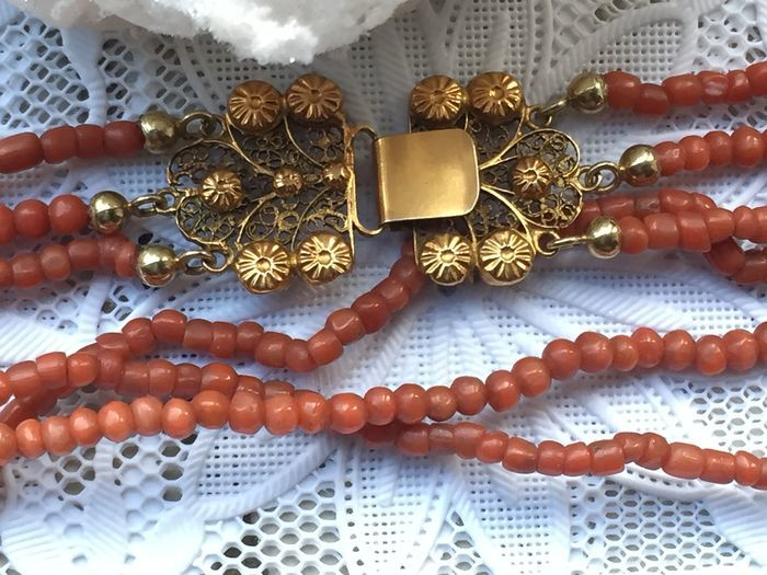 Old-Dutch antique red coral (3 rows) necklace with Zeelandic Cantille clasp / Nape closure
