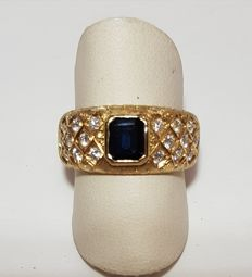 Florentine shank ring, set with a sapphire weighing 0.95 ct and 18 diamonds totalling 0.54 ct – Ring size: 18 / Diameter: 18 mm