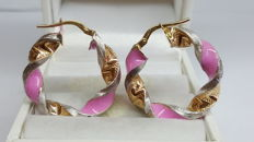 15 kt yellow/white gold twisted earrings set with pink enamel