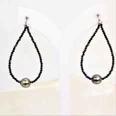 Earrings with fine natural faceted black spinel stones and oval beads from Tahiti Ø 8x9 mm.