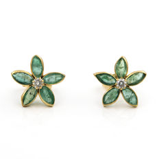 Yellow gold 18 kt/750 - Earrings - Diamonds of 0.10 ct - Emeralds of 2 ct in total Diameter: 11.10 mm.