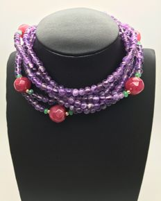 18K yellow gold - long necklace from gemstones like amethysts, faceted ruby and emeralds - lenght 193cm - 18K beads and clasp.