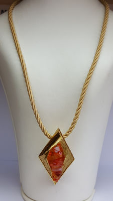 14 kt yellow gold necklace with pendant and set with amber, 3.2 cm