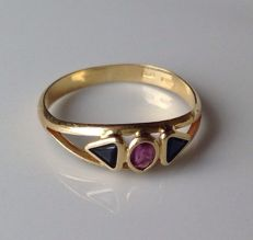 Very beautiful 18 kt gold ring set with natural Ruby and Onyx stones –  NO RESERVE PRICE.