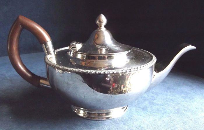 Nice silver plated bub-shaped teapot, made in England, with yew wood handle