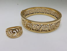 Set of Rigid Bracelet and Cocktail ring in 18 kt Gold, draft in engravings