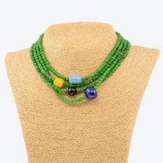 18kt/750 yellow gold necklace with emeralds and assorted gemstones – Length: 155 cm.