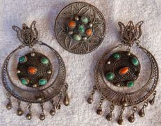 Striking earrings and matching pendant - antique items of jewellery in silver.