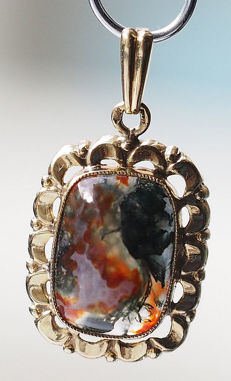 "14 karat Gold pendant with richly coloured oval stone ""Petrified Wood""."